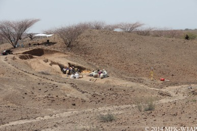 2014_local boy watching the excavation at LOM3
