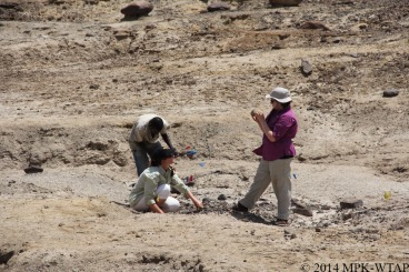 2014_sonia, hilary and sammy identify stone tools