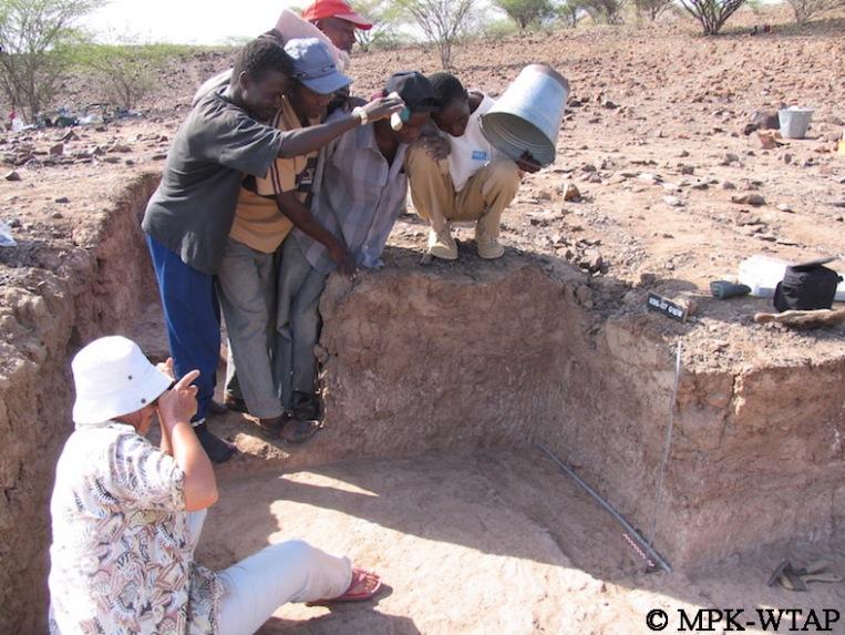 Kokiselei 6 - Sammy, Daoudi, BK, Ali and Francis helping to make shadow for Hélène's photos!