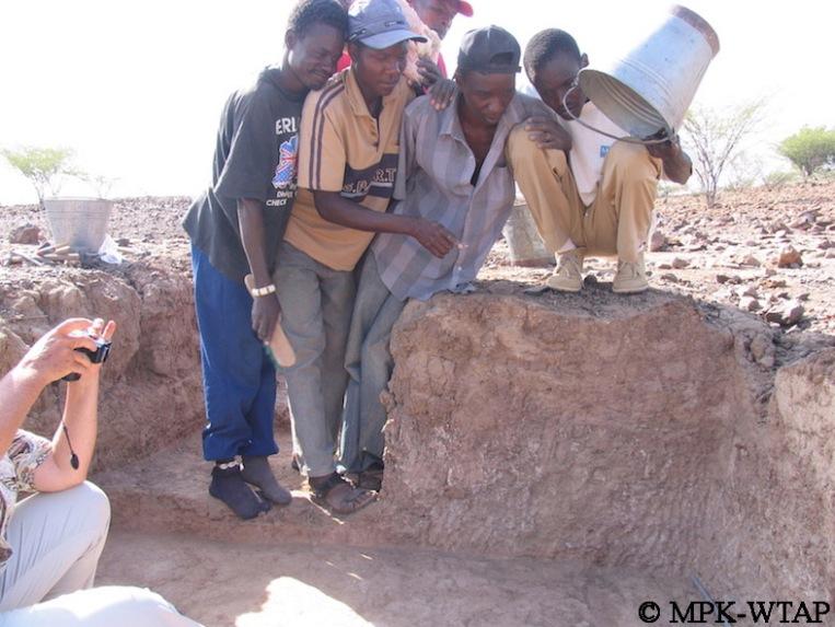 Kokiselei 6 - Sammy, Daoudi, BK, Ali and Francis helping to make shadow for Hélène's photos!_2