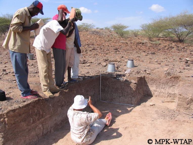 Kokiselei 6 - Sammy, Daoudi, BK, Ali and Francis helping to make shadow for Hélène's photos!_3
