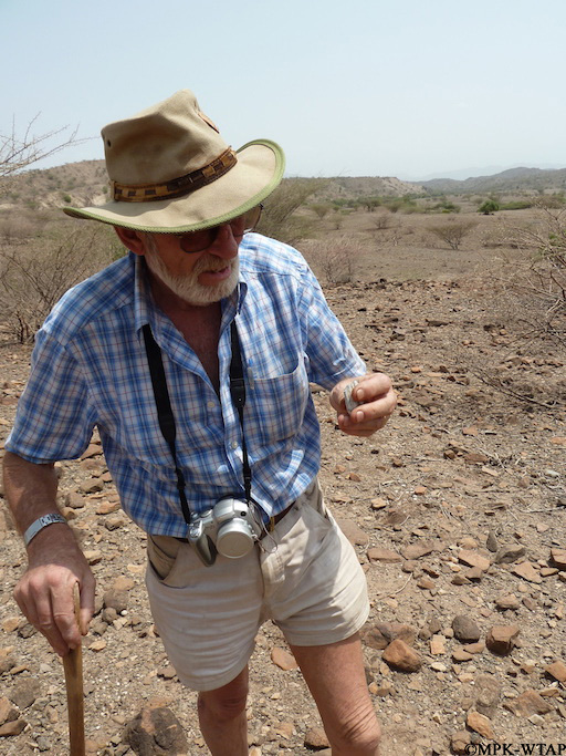 2011_Jim Simons inspecting a fossil