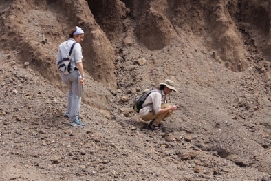 2012_Sophie and Sonia inspecting outcrops