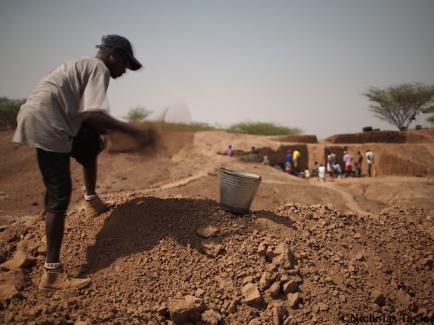 2016_Sammy Lokorodi sieving for finds at Lomewki3