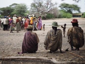 2016_Turkana men watch the party in the lagga