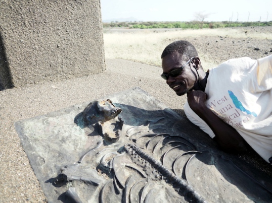A meeting of minds 1,8 million years apart - Sammy with a cast of the Turkana boy near Nariokotome